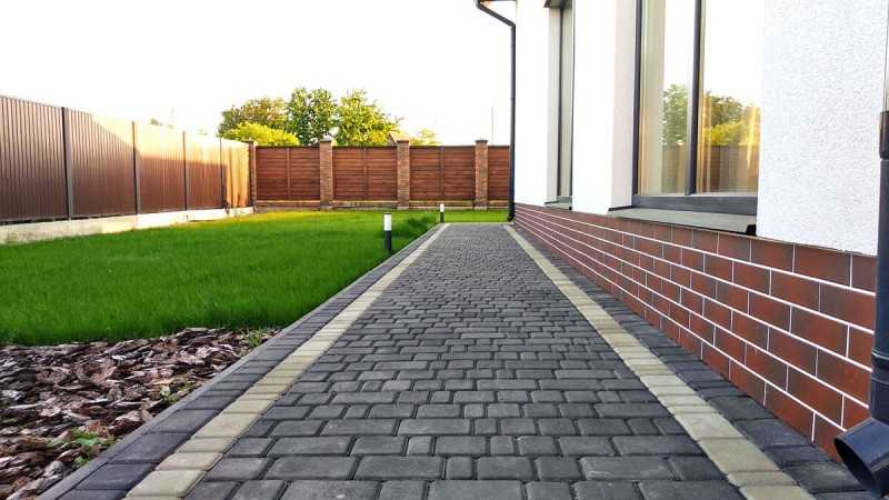 Тротуарная плитка во дворе частного дома фото композиций